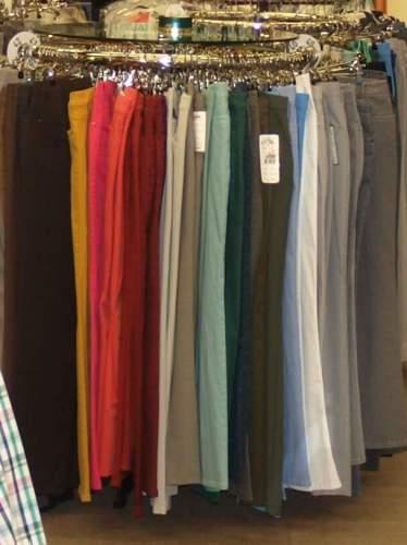 Ein Kleidungsständer mit Hosen in viele Farben.