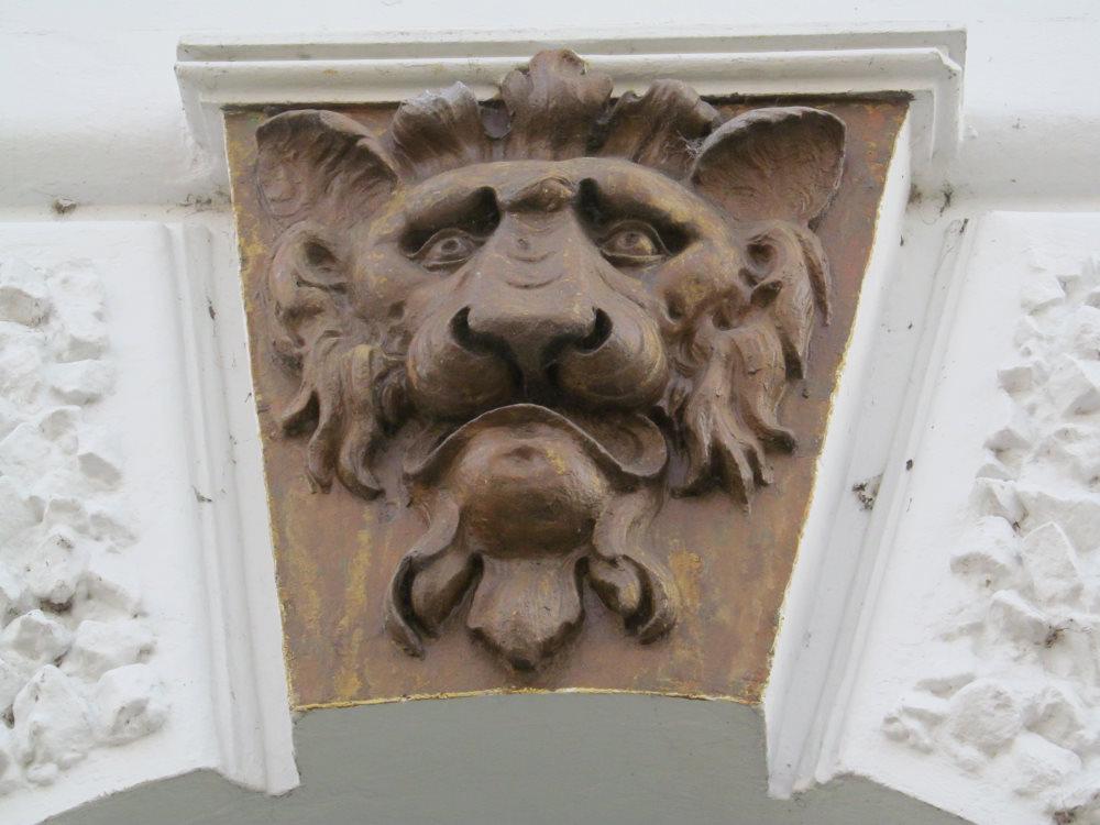 Stuckdetail in Form eines Löwenkopfes an einem Haus im Lollfuß, Schleswig