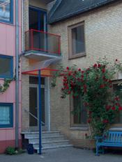 Hauseingang der Ferienwohnung im rosenbewachsenen Hinterhof im Lollfuß.