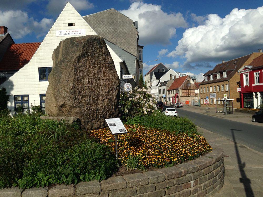 Foto mit dem Blick am Stein vorbei in den Lollfuß hinein.