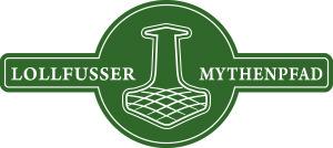 """Das Logo vom Lollfußer Mythenpfad: ein grüner Kreis ist durch einen waagerechten Balken in der Mitte nach rechts und links erweitert, alles ist weiß umrandet. In der Mitte der Kreises ist in weiß ein Thorshammer zu sehen, rechts und links davon ist im Balken zu lesen """"Lollfußer Mythenpfad""""."""