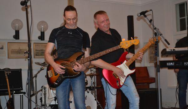 Pim Hoppe an der Gitarre und Björn Tesmer am Bass