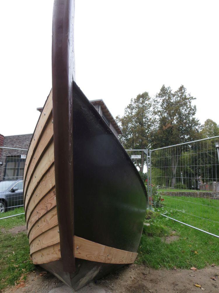 Der Bug eines Schiffes von vorn, die eine Seite ist aus glattemStahl, die andere Seite ist bereits mit Holzplanken versehen.