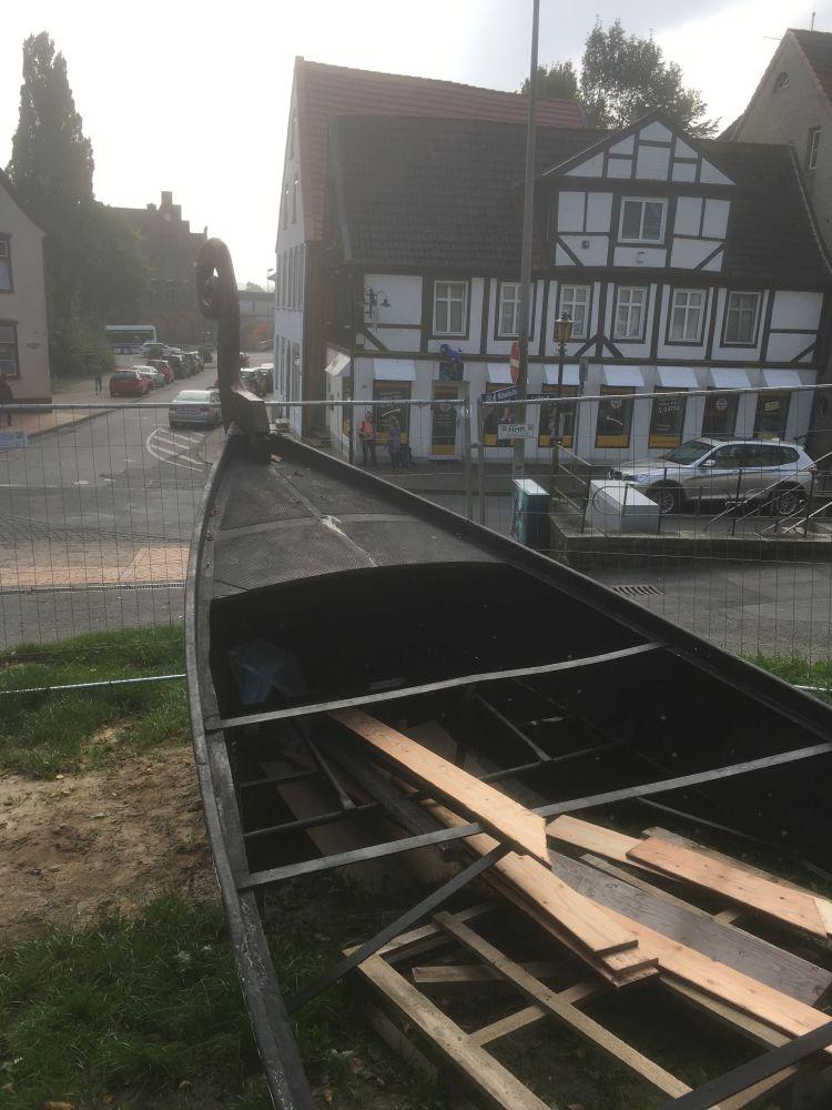 Blick von Oben auf das Deck des Schiffes: Deutlich ist hier, dass ein altes Stahlboot die Unterkonstruktion bildet, denn auf dem Bild sind noch lose Planken zu sehen, die später alles mit Holz verkleiden werden.